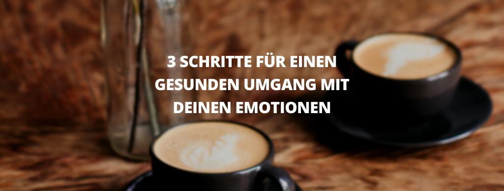 Zwei Tassen Kaffee stehen auf einem Holztisch. Dekoratives Bild für den Text: 3 Schritte für einen gesunden Umgang mit deinen Emotionen.
